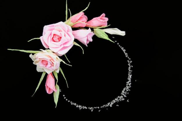黒の背景にエレガントな花のフレーム 無料写真