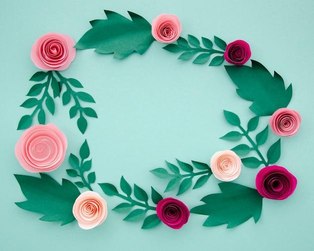 Плоские лежал бумажные цветы и листья на синем фоне Бесплатные Фотографии