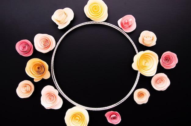 丸い紙の花のフレームと黒の背景 無料写真
