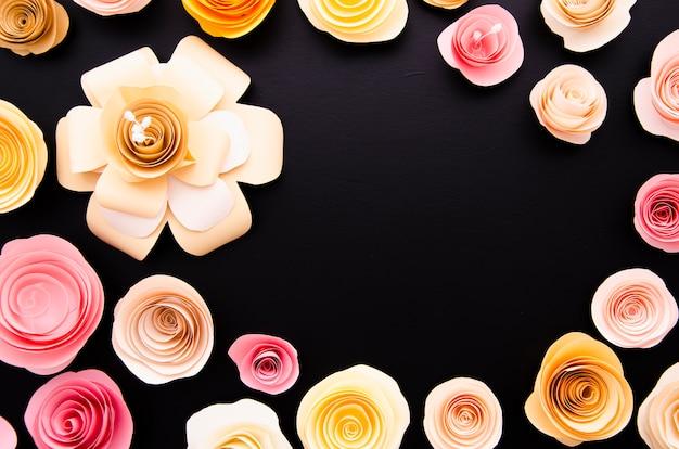 かわいい紙の花のフレームとトップビュー黒背景 無料写真