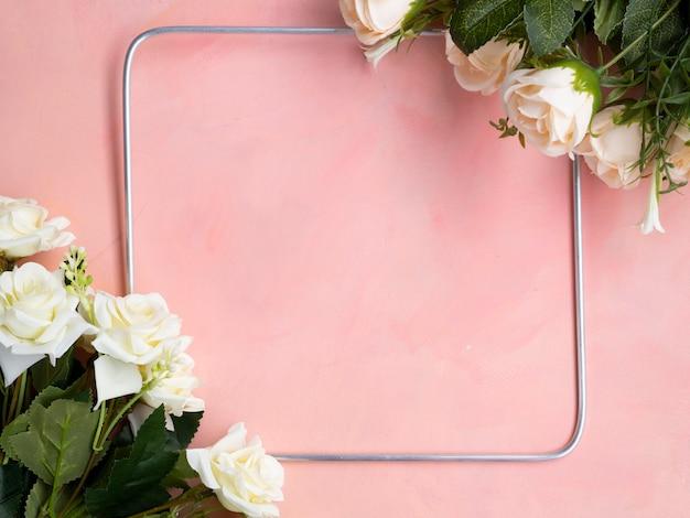 Плоский лежал розовый фон с рамкой из белых роз Бесплатные Фотографии