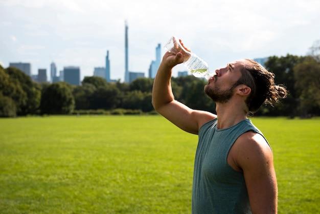 アスリート飲料水の側面図 無料写真