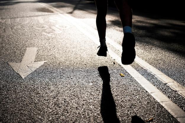 Вид сзади человека, бегущего по дороге Бесплатные Фотографии