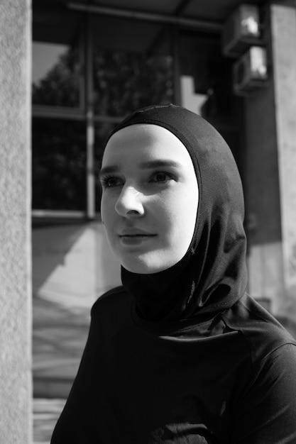 ヒジャーブを着ている女性のミディアムショット 無料写真