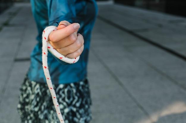 Женщина, держащая скакалку, вид сбоку Бесплатные Фотографии