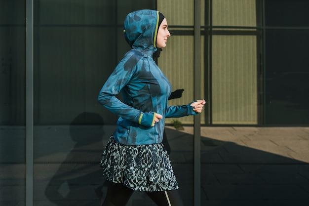青いジャケットとトレーニングを着ている女性 無料写真