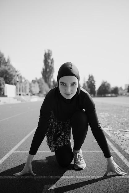 身をかがめるスタートの女性の正面図 無料写真