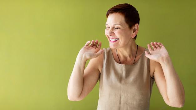 幸せな年配の女性の踊り 無料写真