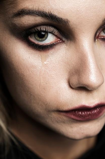 泣いている女性のクローズアップ 無料写真