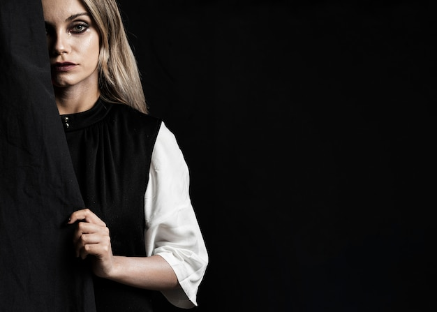 黒のドレスとコピースペースを持つ女性 無料写真