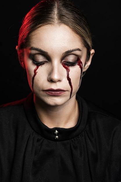 偽血メイクの女性の肖像画 無料写真