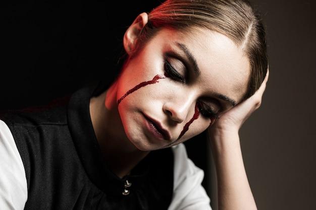 ハロウィーンのメイクアップを持つ女性のミディアムショット 無料写真