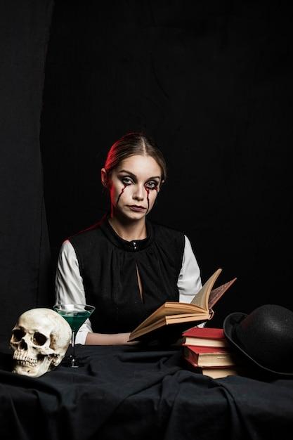 本を保持している女性の正面図 無料写真