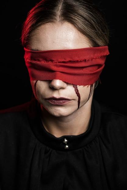 Вид спереди женщины с красной завязанными глазами Бесплатные Фотографии