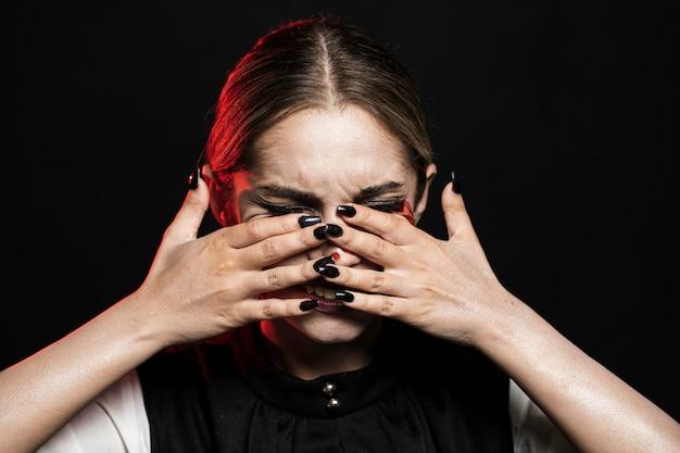 Средний снимок женщины закрыла лицо Бесплатные Фотографии