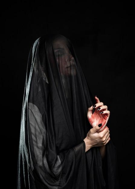 黒いベールを持つ女性の側面図 無料写真