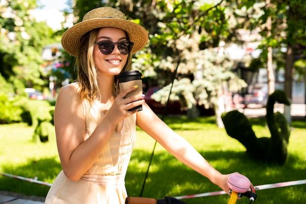 コーヒーを飲んでいるファッショナブルな女性 無料写真