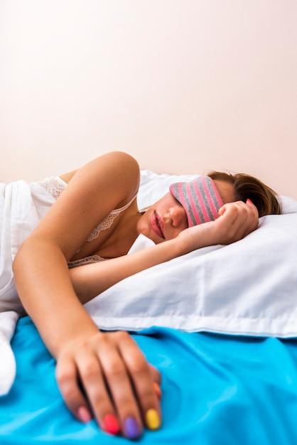 Женщина спит с маской для сна Бесплатные Фотографии
