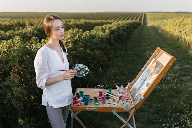 自然絵画の若い女性 無料写真