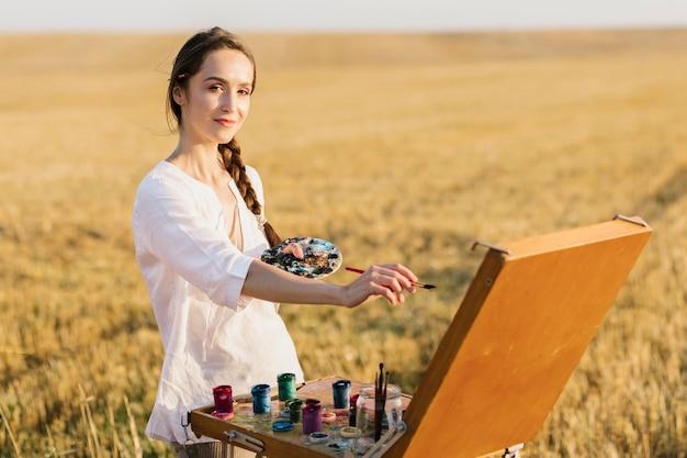 スマイリーの若い女性の手の絵 無料写真