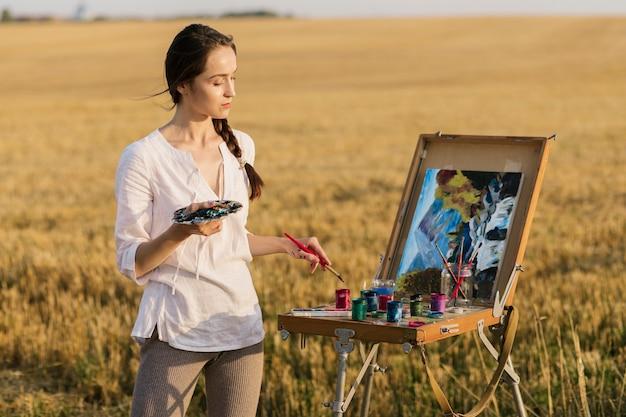 自然の中で創造的な女性の手の絵 無料写真