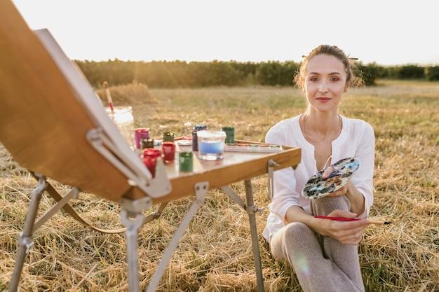 自然の中でインスピレーションを探している若い女性 無料写真