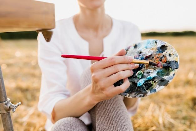絵画パレットを保持している若い創造的な女性 無料写真
