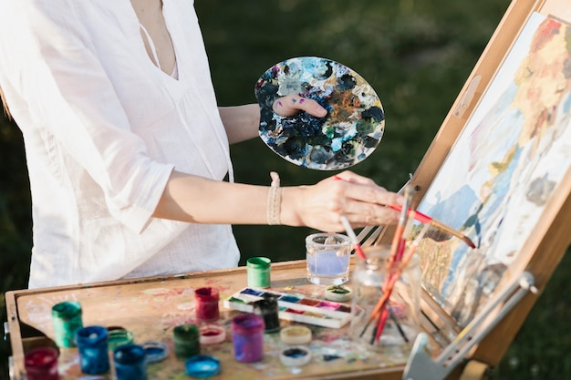 自然の中で絵を描くプロの女性 無料写真
