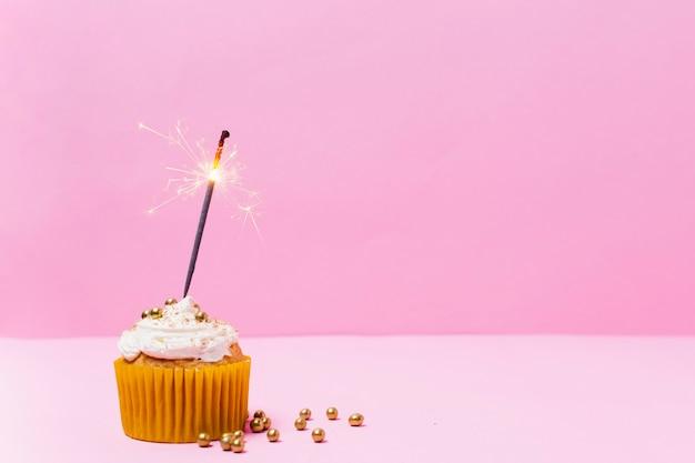 ピンクの背景の正面おいしいカップケーキ 無料写真