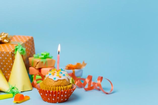 点灯ろうそくと正面の甘いカップケーキ 無料写真