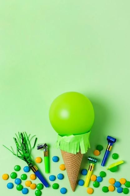 コピースペースを持つ緑のバルーンアイスクリーム 無料写真