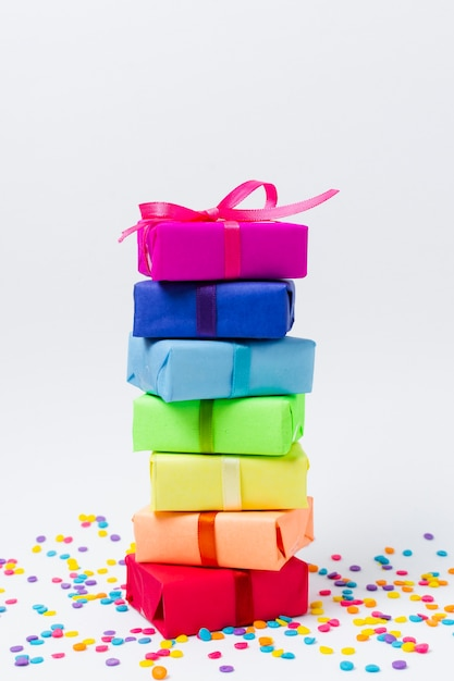 誕生日パーティーのためのレインボーギフト 無料写真