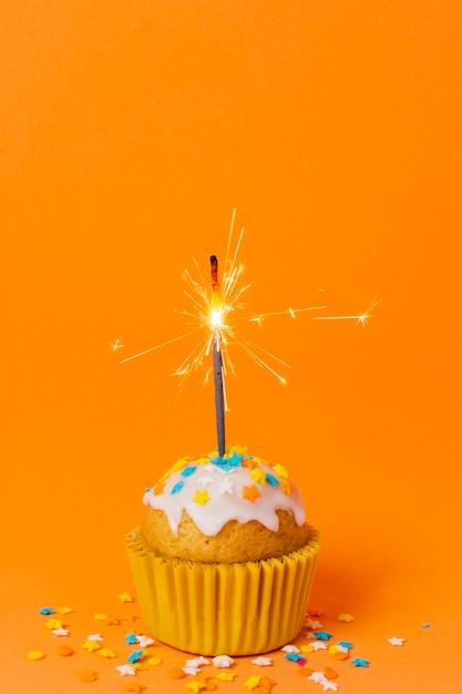 甘いカップケーキとキャンドル 無料写真