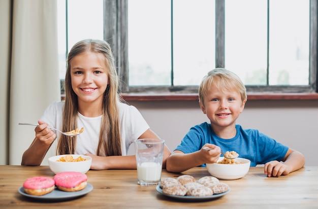 台所で一緒に食べる兄弟 無料写真