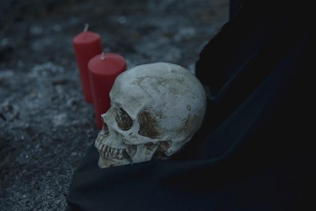 Реалистичный ритуал черепа со свечами на ночь хэллоуина Бесплатные Фотографии