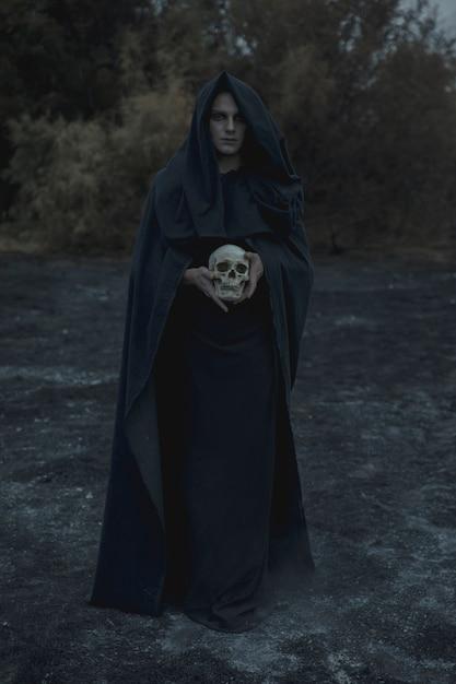 Портрет мужчины-мага в черной одежде Бесплатные Фотографии