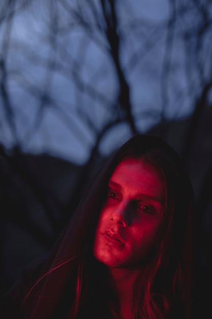 Человек в оттенках красного света, глядя Бесплатные Фотографии