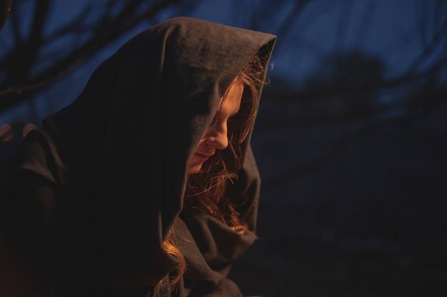 横向きの男性魔術師の芸術写真 無料写真