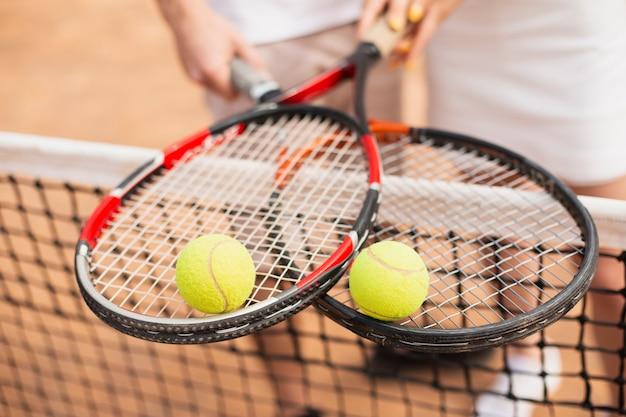 Крупный план теннисные мячи на вершине ракетки Бесплатные Фотографии