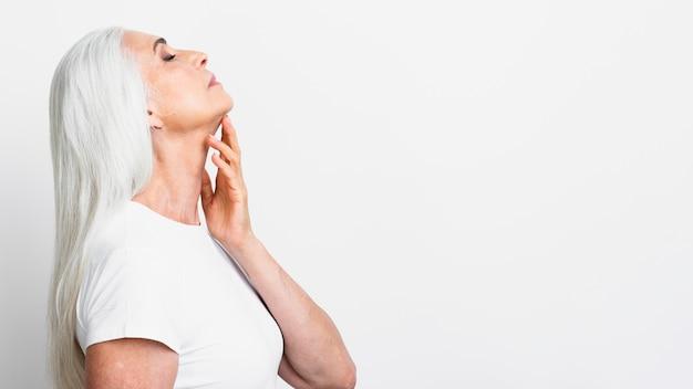 白髪のエレガントな女性 無料写真