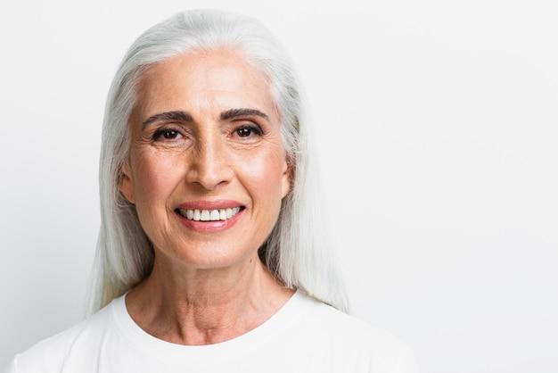 フロントビュー幸せな年配の女性 無料写真