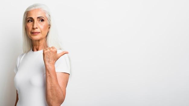 正面エレガントな年配の女性 無料写真