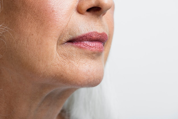 クローズアップ年配の女性のきれいな顔 無料写真