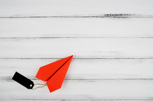 Вид сверху красной бумаги плоскости с этикеткой на деревянном фоне Бесплатные Фотографии