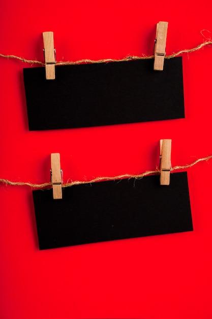 Вид спереди черной бумаги на красном фоне с копией пространства Бесплатные Фотографии