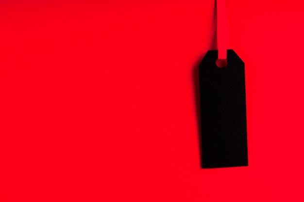 Черная метка на красном фоне с копией пространства Бесплатные Фотографии