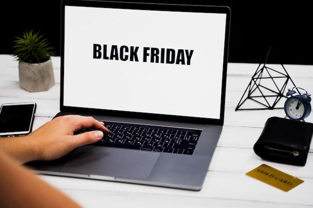 ノートパソコンのキーワードと黒い金曜日デスクトップに手します。 無料写真