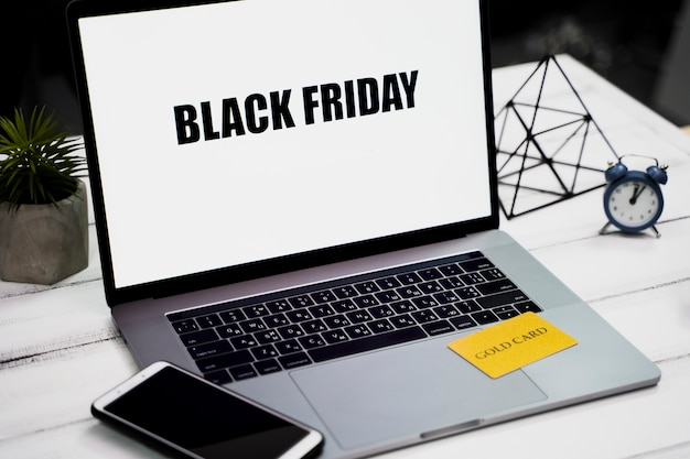 Высокий угол ноутбука с черной пятницей на рабочем столе Бесплатные Фотографии