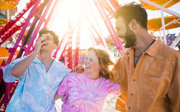 Улыбающиеся друзья на ярмарке, глядя в сторону Бесплатные Фотографии