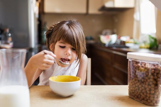 朝の朝食を持つ少女 無料写真